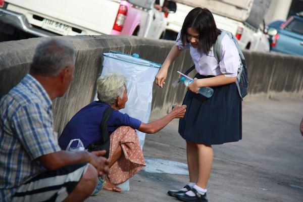 nghi luan xa hoi ve long nhan ai yeu thuong con nguoi - Top 10 bài văn mẫu Nghị luận xã hội về lòng nhân ái yêu thương con người lớp 9 chọn lọc